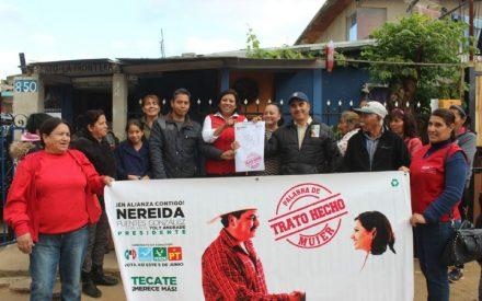 Firma Nereida Fuentes compromiso con la colonia Solidaridad