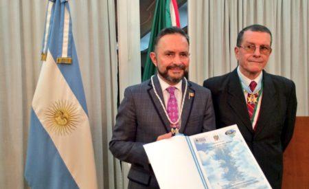 Recibe Castro Trenti la más alta condecoración del Instituto Newberiano