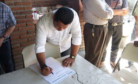 Benja Gómez firma compromiso que beneficia a adultos mayores del Valle de Las Palmas