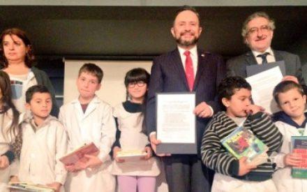 """Firman histórico acuerdo de donación de libros para las """"Escuelas México"""" el Fondo de Cultura Económica y la Embajada de México"""