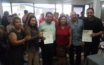 Benja Gómez recibe la constancia que lo acredita como representante de los tecatenses ante el Congreso del Estado