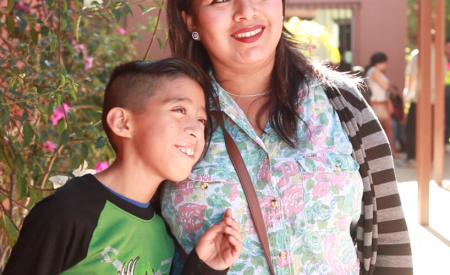 Regalan sonrisas a niños de Tecate