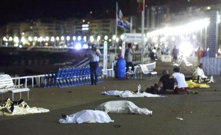 """""""Hay gente muerta, hay sangre"""". Atentado terrorista en Niza suma 73 muertos"""