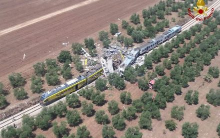 Choque de trenes al sur de Italia causa al menos 20 muertos
