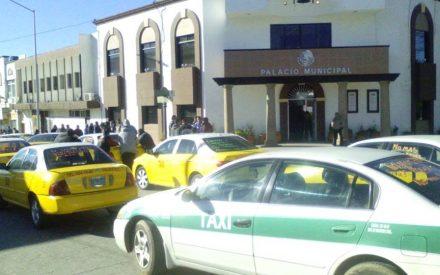 Bloquean taxistas calle frente a presidencia