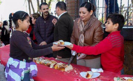 Disfrutan tecatenses de tradicional Rosca del Día de Reyes