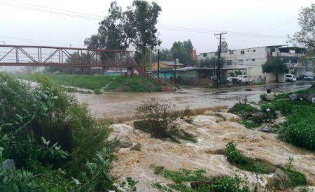Avenida obstruida por fuerte corriente del Río Tecate