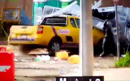 Atropella manifestante a policias federales en Rosarito