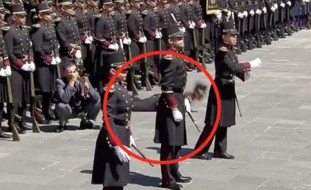 Felicita Peña Nieto a soldado por no meter las manos al desmayarse