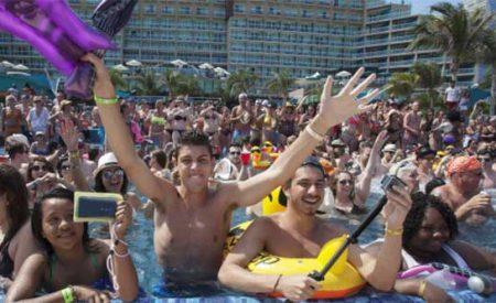 '¡Construyan el muro!', gritan 'spring breakers' en Cancún