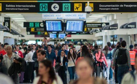 ¿Tu vuelo se retrasó? Diputados aprueban que aerolíneas compensen a pasajeros