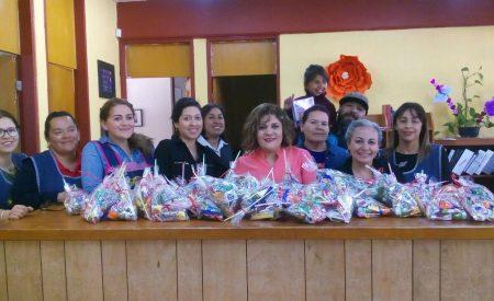 Regidora Frikzia Flores entrega juguetes y dulces a niños de Tecate