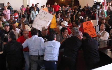 Violencia de manifestantes en sesión de Congreso