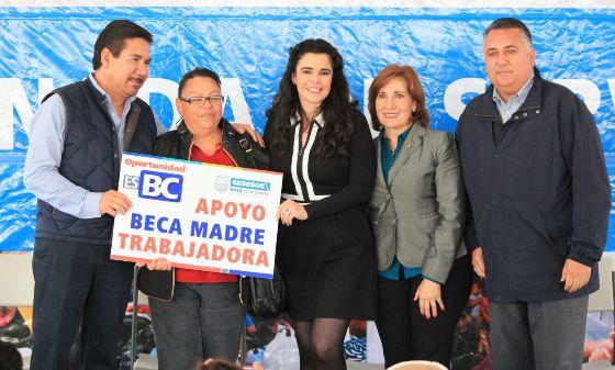 Festeja presidenta de DIF Estatal a madres rosaritenses durante jornada de servicios Oportunidades BC