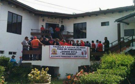 Burócratas exigen al Gobierno de Tecate pago de jubilaciones