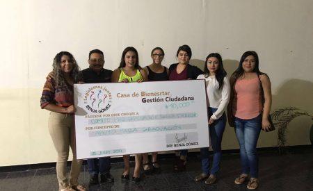 Entrega Benjamín Gómez apoyo a estudiantes de derecho