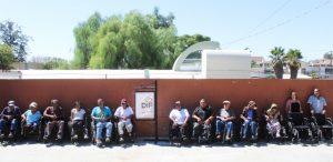 Entrega DIF Tecate sillas de rueda a personas con discapacidad