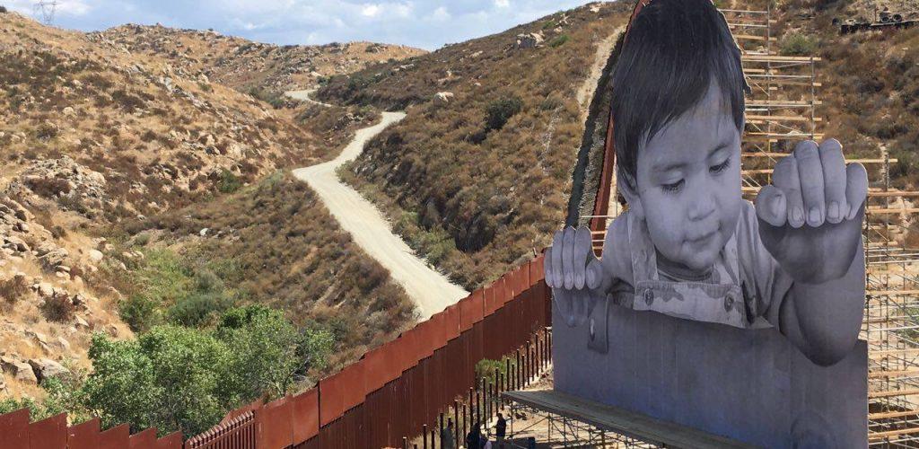 Artista francés instala mural sobre franja fronteriza de Tecate BC