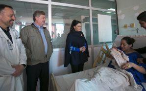 EntregaronGobernador Francisco Vega y Señora Brenda Ruacho cuneros con regalosa los primeros bebés nacidos en Navidad
