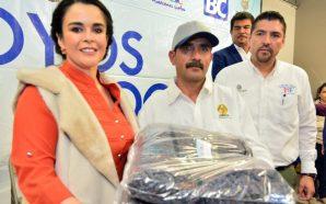 Entrega presidenta de DIF Baja California apoyos para familias tecatenses