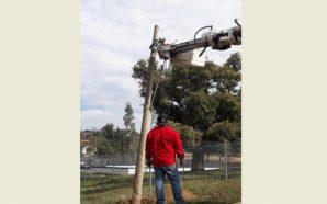Instalan alumbrado público en área deportiva de Cerro Azul