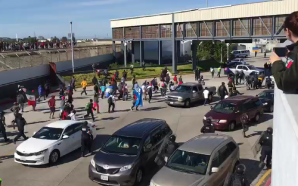 Caos en garita Tijuana/San Isidro, cruces vehicular y peatonal cerrados