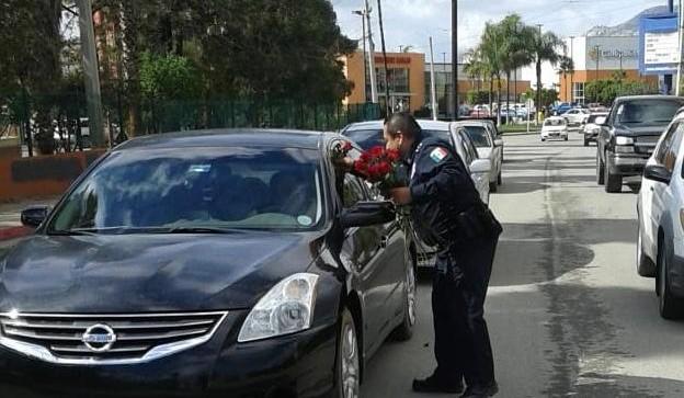 Policías reparten rosas por San Valentín