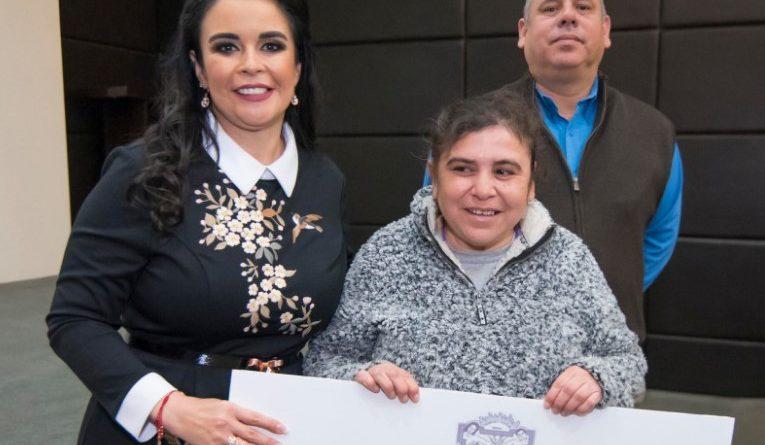 "Entrega presidenta de DIF Baja California auxiliares auditivos a beneficiarios del programa ""De la Mano Contigo"""