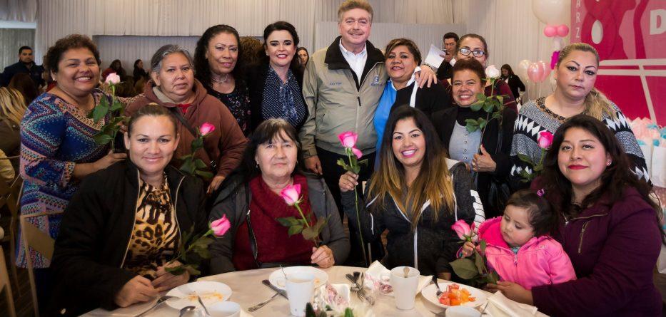 """Reconoce Gobernador """"Kiko"""" Vega aportación de las mujeres al desarrollo de Baja California"""