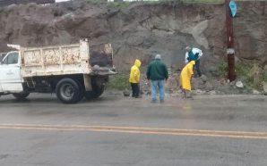 Obras Públicas retira deslave de tierra en vialidades